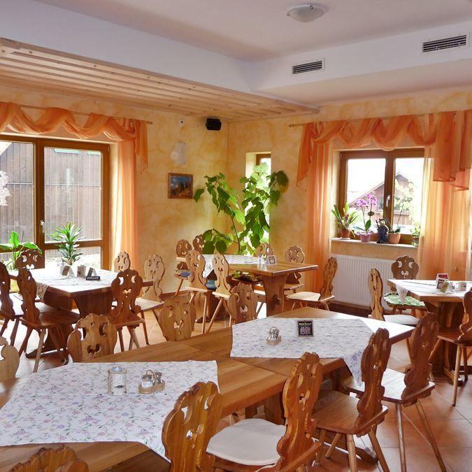 rhoentravel_hotel_haus_zur_wasserkuppe_gastraum1