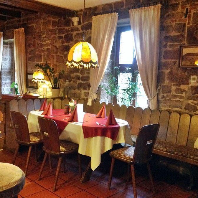 rhoentravel_restaurant_weikardshof_weyhers_gastraum1