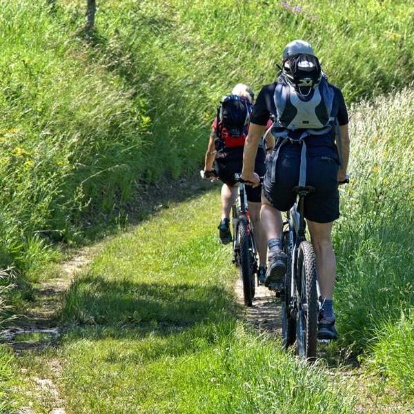 rhoentravel_mountainbiker_wiese